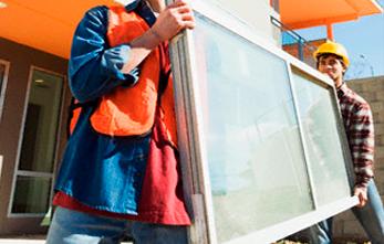 350915-vidrios-ja-personas-cargando-ventana